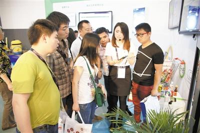 食品安全與營養(貴州)資訊科技公司科技人員向消費者普及食品安全雲應用方法
