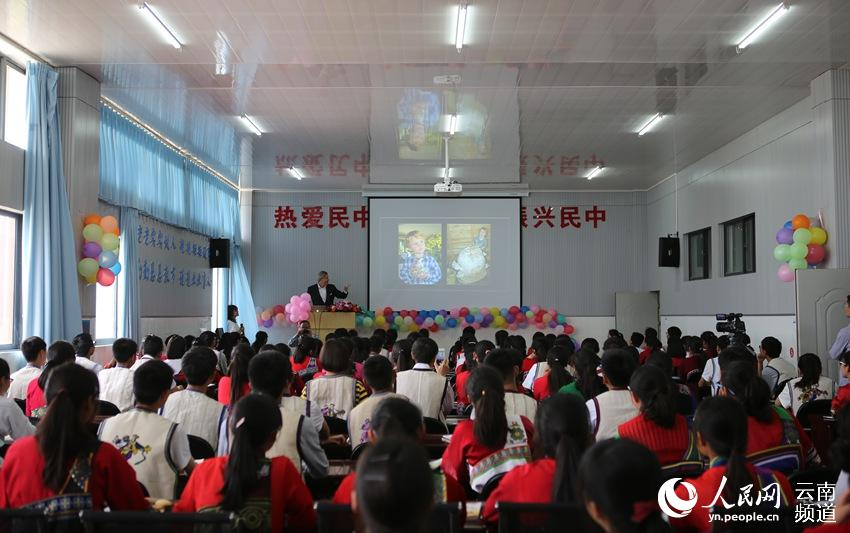 2017中国少年儿童生态教育示范课走进云南民族中学。(人民网 虎遵会 摄)