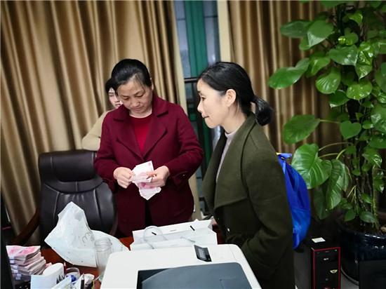 湘阴县法院高效执行__申请人喜领10万元执行款